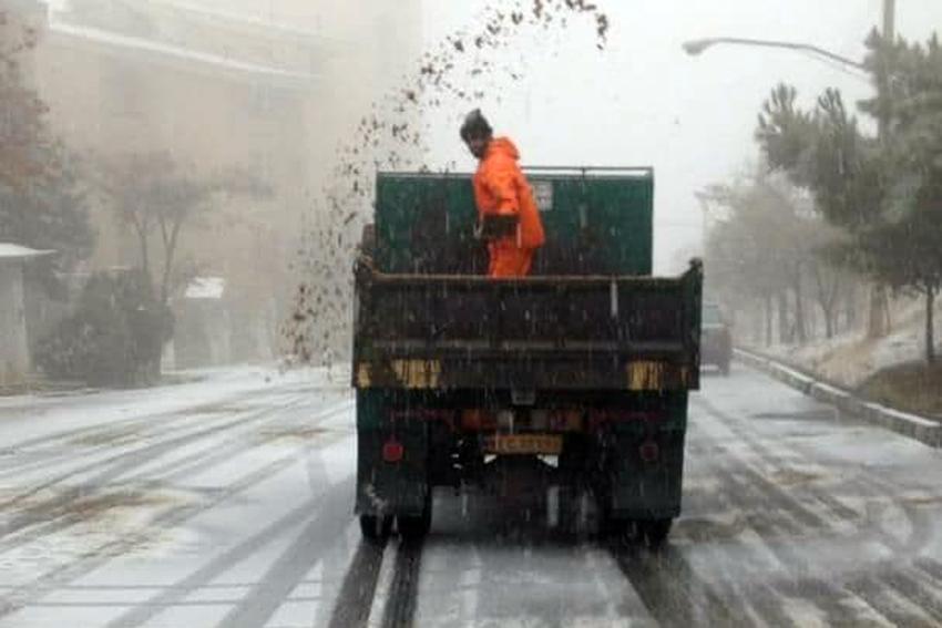 برف پاییزی نواحی شمالی منطقه یک را سفیدپوش کرد، آماده باش نیروهای ستاد برف روبی شهرداری
